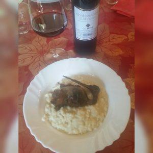 Risotto beccaccino con bicchiere vino rosso Montepulciano d'Abruzzo